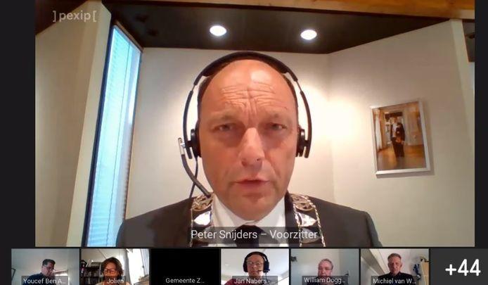 Voorzitter Peter Snijders tijdens de eerste digitale gemeenteraadsvergadering van Zwolle.