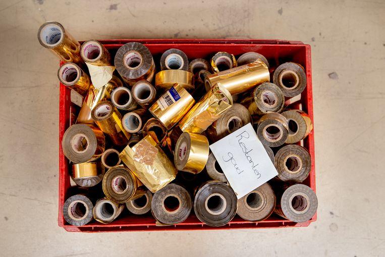 Goudrestanten voor opdruk op de kaft of de zijkant van een boek. Beeld Pauline Niks