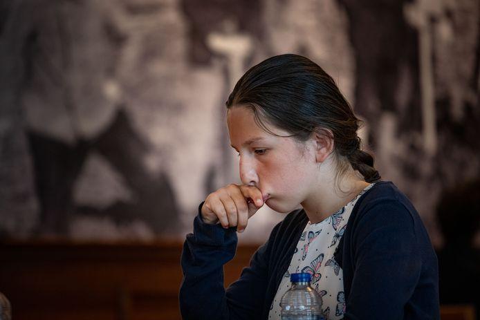Yulia Bintsarovska uit Kampen in gepeins verzonken tijdens haar partij bij het randprogramma van het NK in Kraggenburg.