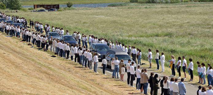 Honderden in het wit gekleed namen afscheid.