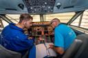 De Halsterse student vliegtuigtechniek Jelle Hauet (l) krijgt in een Fokker 100-cockpit uitleg van docent Corneel van Terheijden, die bijna 50 jaar geleden bij Fokker in dienst kwam.