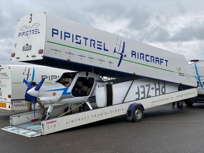 Een elektrisch vliegtuigje van de fabrikant Pipistrel wordt uitgeladen op vliegveld Teuge.