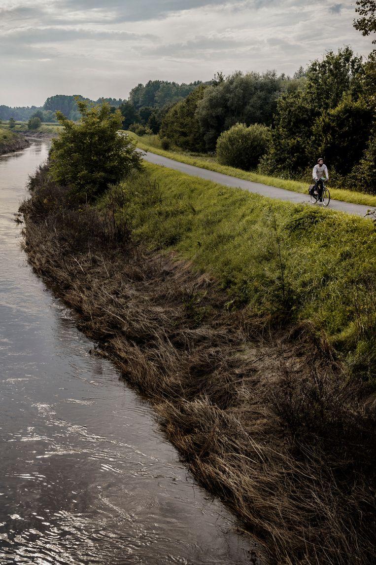 De dijk met jaagpad langs de Demer. Tobias Ceulemans (KU Leuven): 'Dijken rond de rivier zijn een probleem. Ze moeten afgebroken worden.' Beeld Eric de Mildt