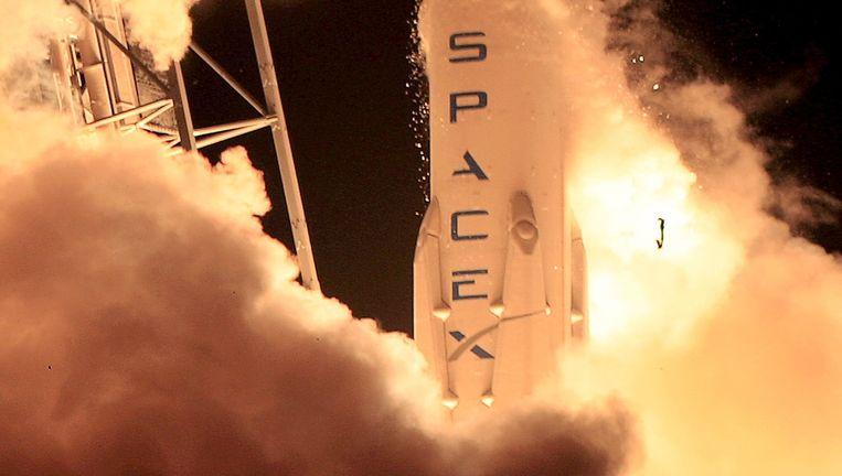 Na de spectaculaire lancering op Cape Canaveral keert het lanceervoertuig Falcon 9 netjes terug. Beeld reuters