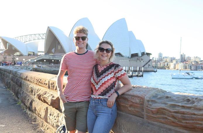 Roel en Marly poseren voor de Sydney Opera House in Sydney, Australië.