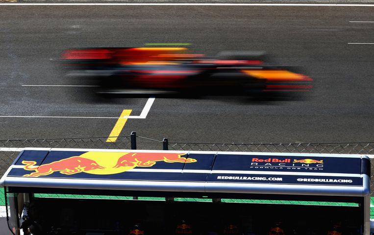 Max Verstappen raast voorbij tijdens de Grand Prix van Italië op het circuit Autodromo di Monza. Beeld Getty Images