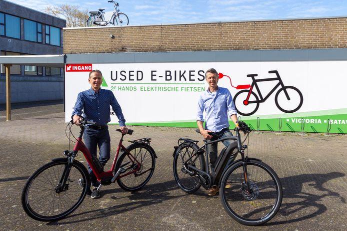 Henk van den Borne (links) en zijn broer Jan zijn de uitbaters van een tweedehandsfietsenwinkel in Bladel.