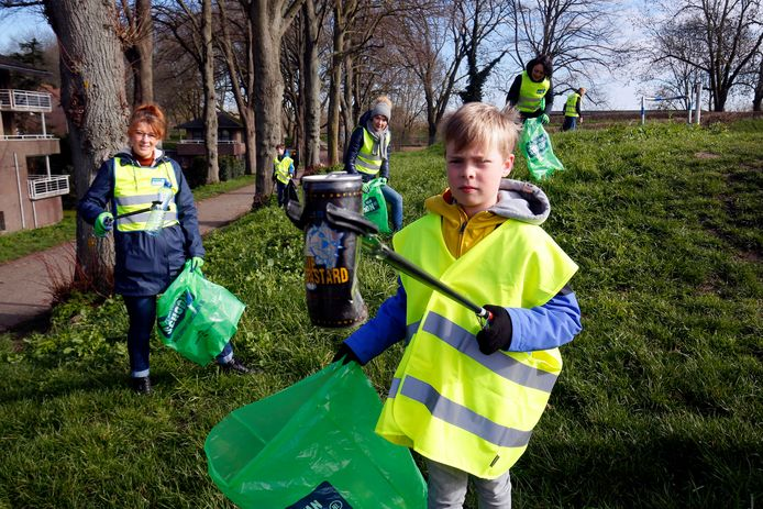 Kinderburgemeester van Gorinchem Samuël Heule, Johanna Verweij van Gorinchem Schoon (links) en andere vrijwilligers ruimen zwerfafval op de stadswallen.