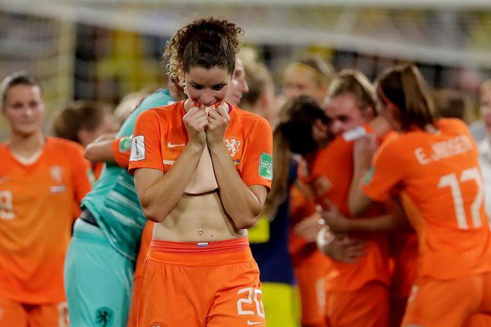 Dominique Bloodworth kan direct na het laatste fluitsignaal nauwelijks bevatten dat Oranje zich heeft geplaatst voor de WK-finale.