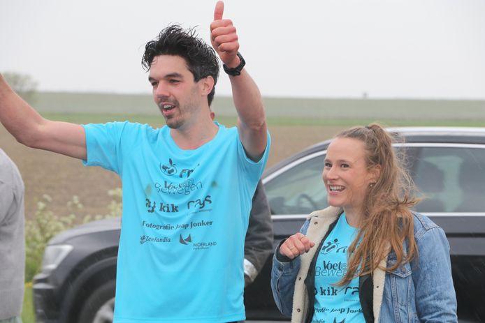 Vreugde bij Lennen Jonker, nadat hij zijn marathon binnen drie uur heeft gelopen.