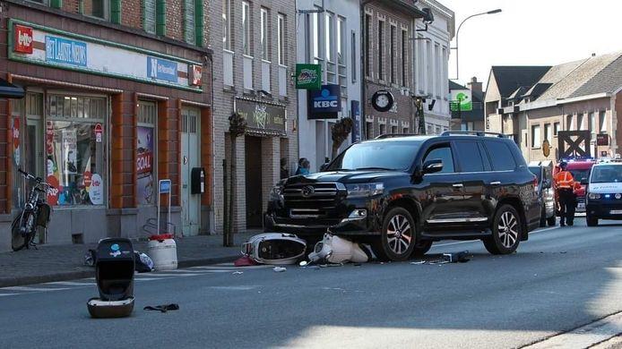 De scooter kwam onder de terreinwagen terecht op de Wapenplaats in Wakken (Dentergem).
