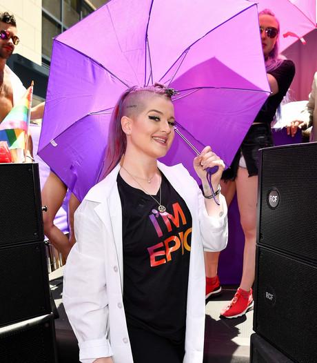 Kelly Osbourne plast in haar broek bij pride