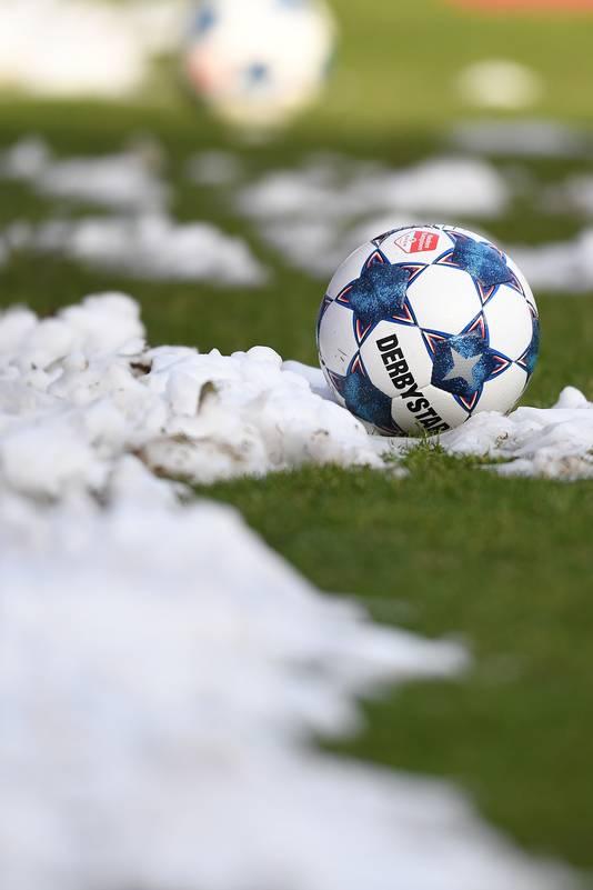 Tegen Cambuur lag er alleen sneeuw naast het veld.