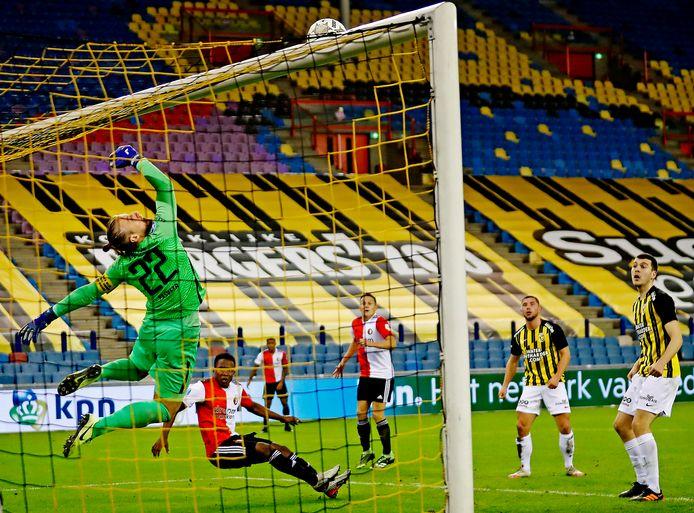 Remko Pasveer redt fenomenaal op een kopbal van Feyenoorder Luis Sinisterra.