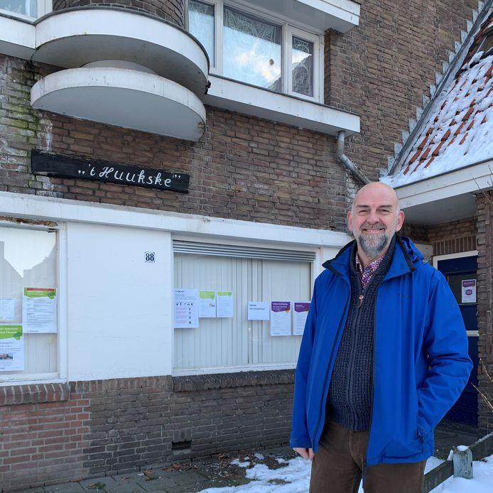 Volksbelang-directeur Paul Terwisscha van Scheltinga bij buurthuis 't Huukske in de Leonardusbuurt in Helmond