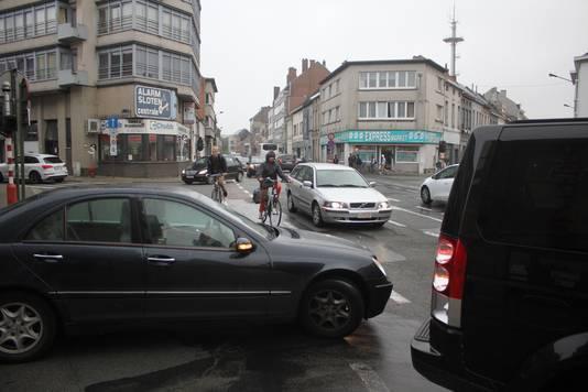 Op de Zeshoek komt het verkeer uit alle richtingen. Door de file moeten de fietsers tussen auto's laveren.