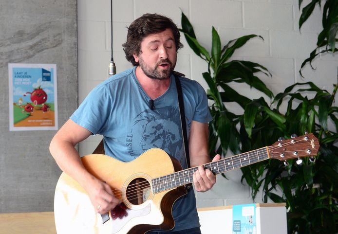 Tom Helsen stelt op 30 september zijn nieuwe plaat Seven voor in Het Depot in Leuven. Janne Blommaert (22) zal er met hem het duet 'If' zingen.