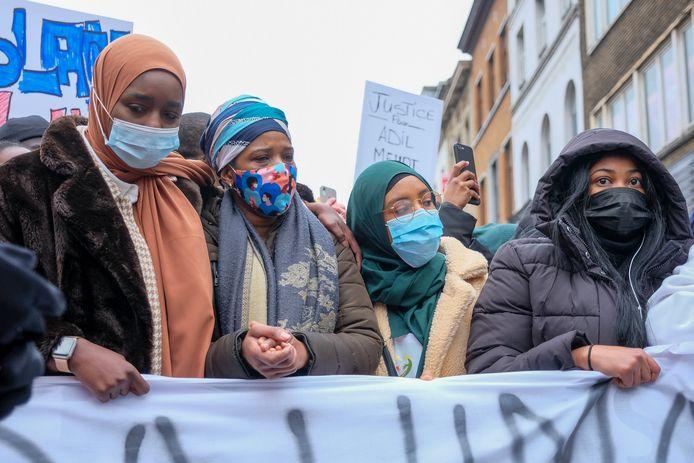 Familie en vrienden van de omgekomen Ibrahima Barrie (23) stapten mee in de manifestatie woensdag. Na de betoging sloeg de sfeer plots op.