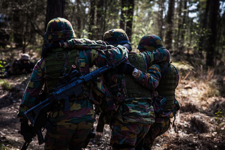 Militairen tijdens een training op de basis van Leopoldsburg. Beeld ID/Bas Bogaerts