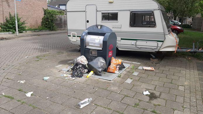 Afvaldump rond een container in de Arnhemse wijk Kronenburg.