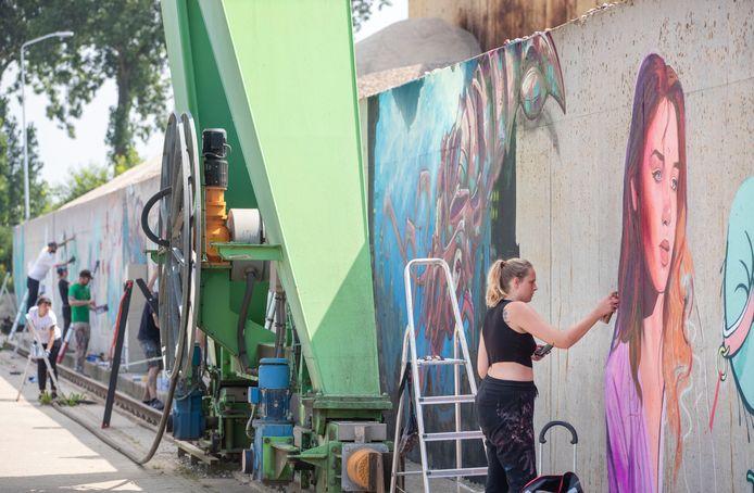 Grafittikunstenaars aan de slag in de Wageningse Rijnhaven.