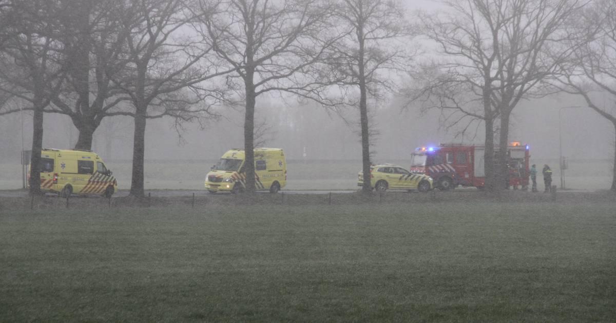 Dode bij ongeval in Enter: auto vloog in brand.