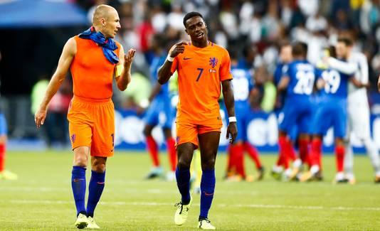 Quincy Promes en Arjen Robben balen na de vernedering tegen Frankrijk.