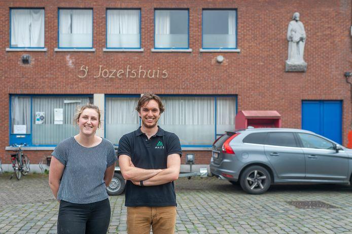 Lore Vanderlinden en Ruben Van der Meirsch maken een escape room in de parochiezaal van Zandhoven.
