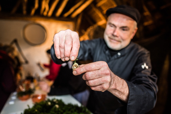 Chef Eric Meursing heeft een amuse met eikelkaas bereid. Als finishing touch legt hij er een dennennaald bovenop.