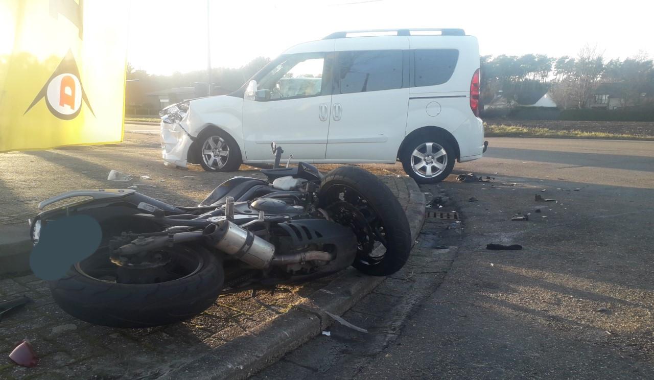 In februari reed een auto een motor met passagier aan op het kruispunt van de Sint-Apollonialaan en de Postelarenweg.