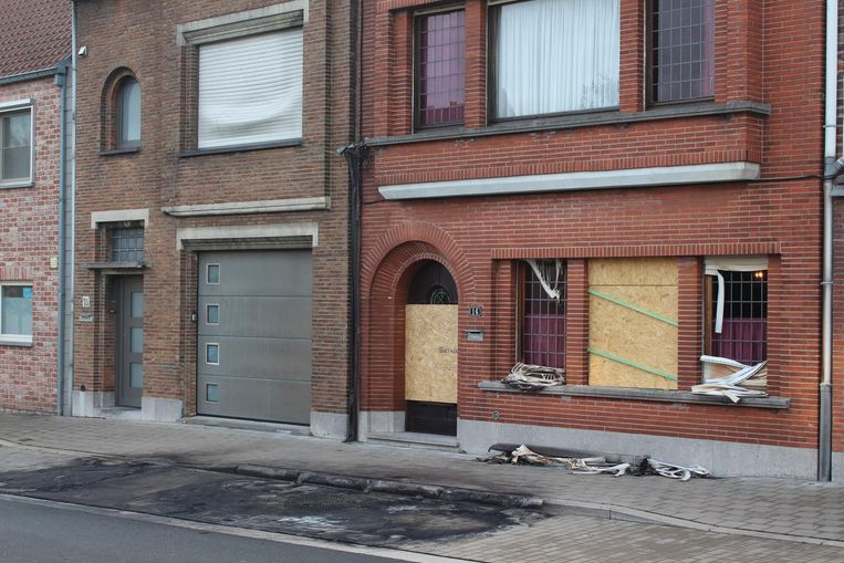 De rolluiken van het huis van Marleen Vanooteghem zijn gesmolten en de ruiten zijn gesprongen.