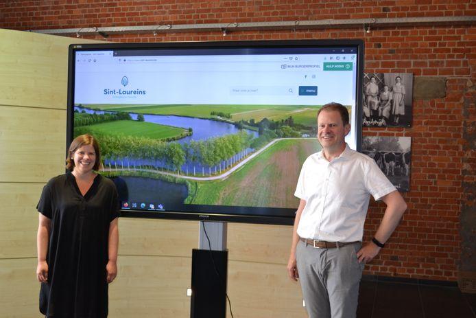 Communicatieambtenaar Lien De Poorter en schepen Tom Lacres zijn trots op het resultaat.