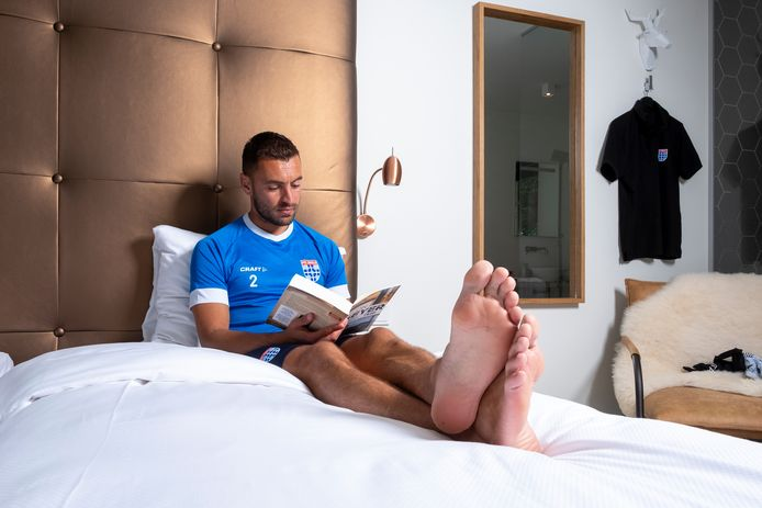 Netflixen? Een potje Fifa? Geef Bram van Polen maar een goed boek om op zijn hotelkamer tot rust te komen.