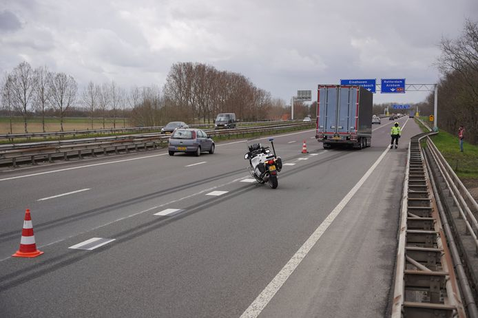 De trailer raakte los van de vrachtwagen en kwam tot stilstand op de invoegstrook van de A326 bij Wijchen.