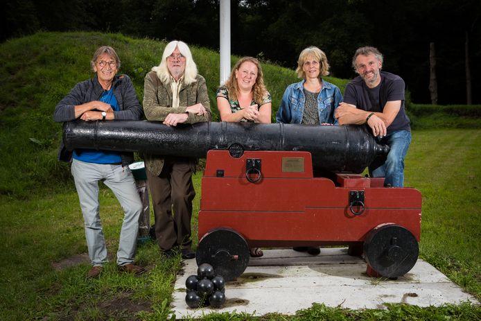 Het bestuur van de Historische Vereniging de Ommerschans met Jan Smits uiterst links. Naast hem staan William Janssen, Rosanne Farmer, Ans Esselink en Meindert Bollemaat.