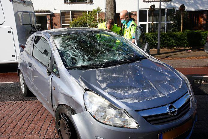 Auto over de kop geslagen in de Sint Bonifatiuslaan in Eindhoven.