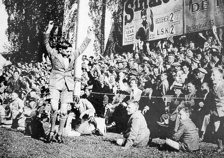 De stadsderby Lierse-Lyra op 3 mei 1953. De stand is 2-2 op het moment dat de foto wordt gemaakt.