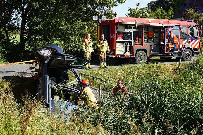 Brandweerlieden aan het werk in Dinteloord.