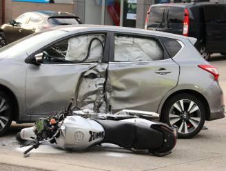 Motard in levensgevaar na botsing met personenwagen die manoeuvre maakt