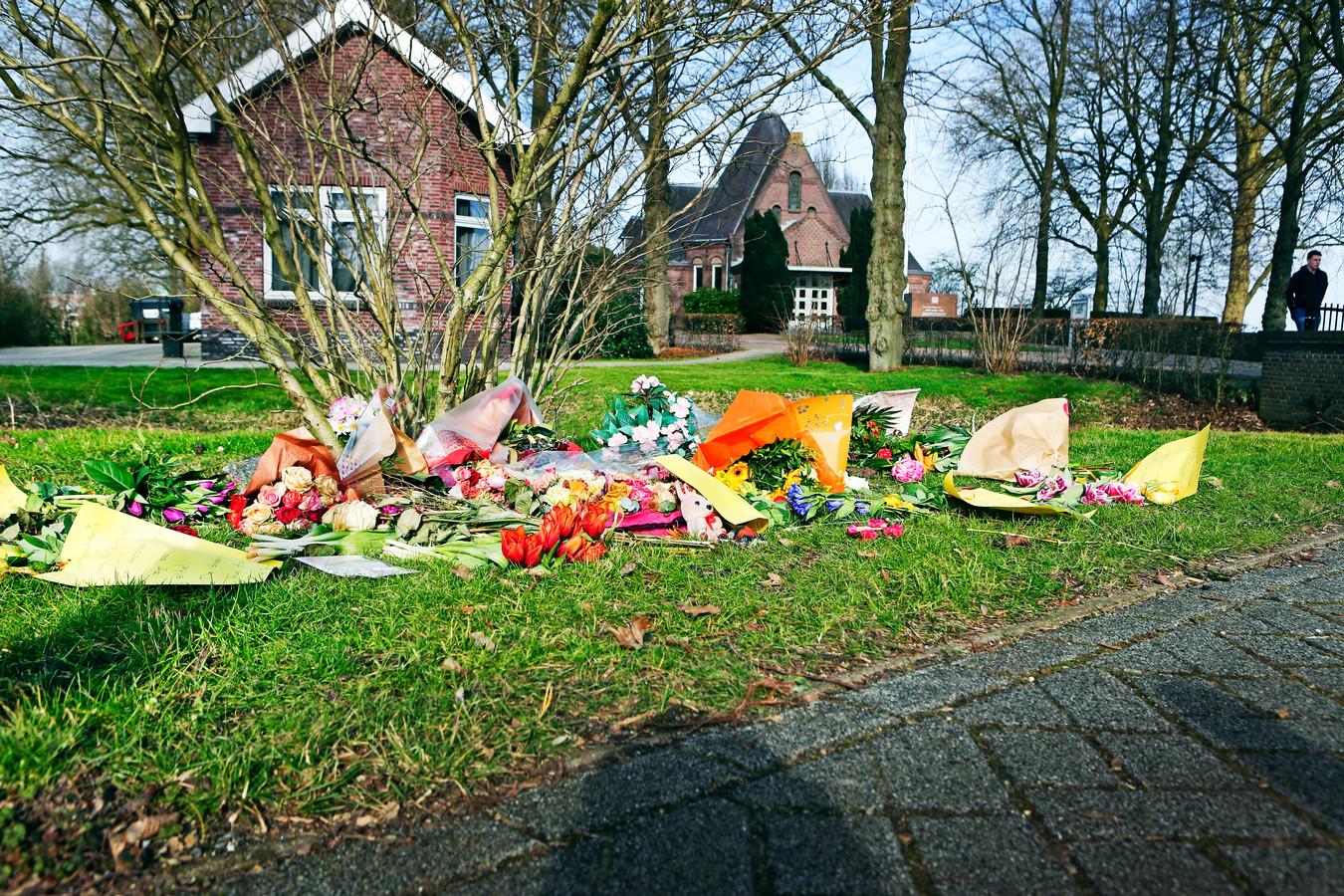 Complotdenkers leggen bloemen bij de begraafplaats in Bodegraven.