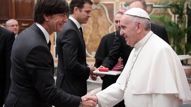 Paus krijgt gesigneerd truitje bij bezoek van 'Mannschaft'