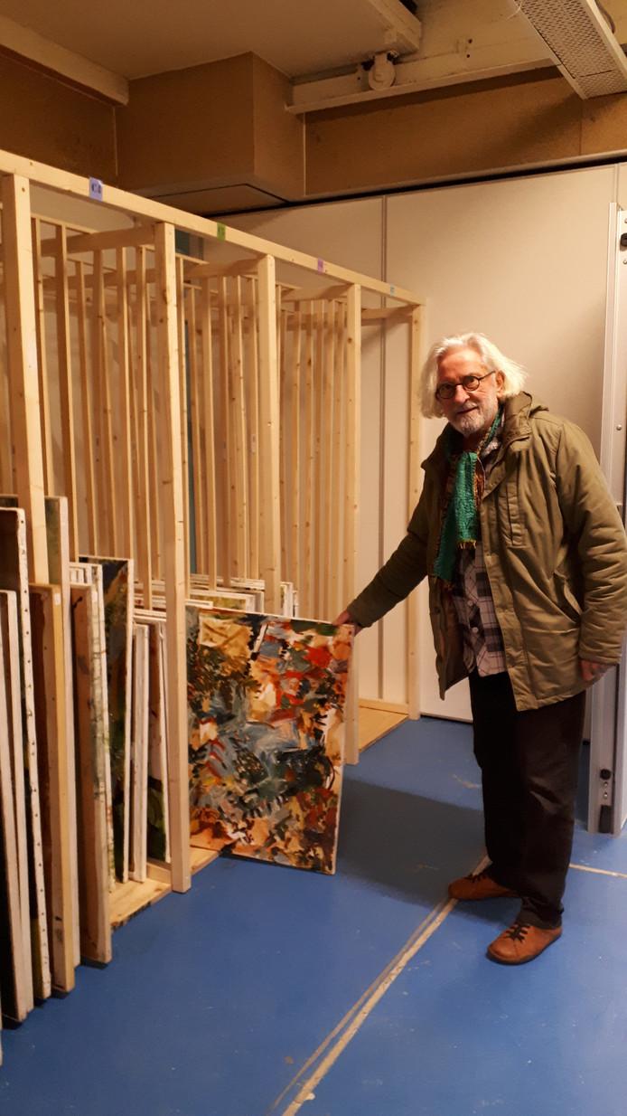 Willem van Liesgoed van stichting WEESgoed laat een werk van Theo Elfrink zien.