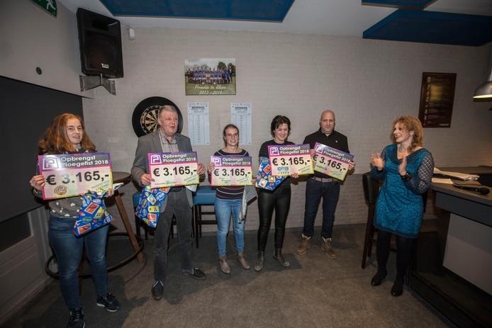 In de kantine van Fiducia werden de vijf Ploegefistcheques uitgereikt door wethouder Inge van Dijk (rechts).