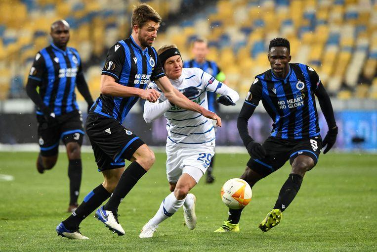 Verdediger Brandon Mechele (l.) houdt Dinamo Kiev-speler Vitalij Boejalskyj van de bal in het Olimpiejsky-stadion van Kiev. Beeld AFP