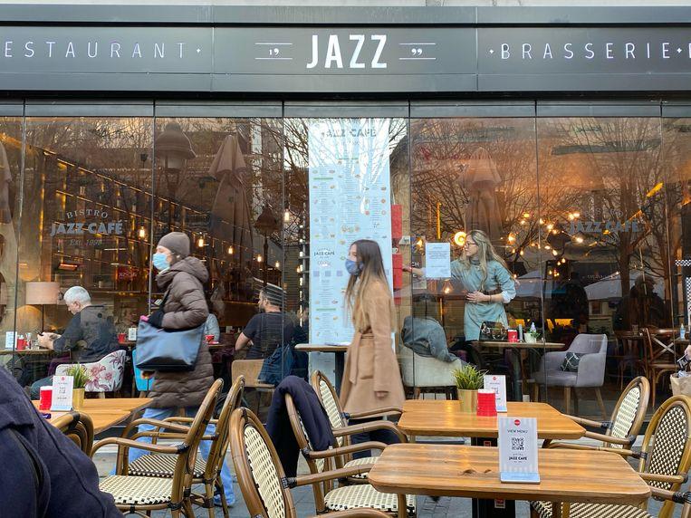 Café Jazz in Belgrado. Servië en zijn hoofdstad worden geteisterd door coronabesmettingen.  Beeld thijs kettenis