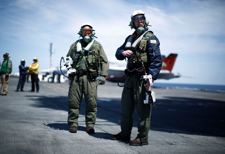 Northrop Grumman test pilots Bruce McFadden (L) and Dave Lorenz are pictured with their arm-mounted controllers after they successfully launched an X-47B pilot-less drone combat aircraft for the first time off an aircraft carrier, the USS George H. W. Bush, in the Atlantic Ocean off the coast of Virginia, May 14, 2013. The U.S. Navy made aviation history on Tuesday by catapulting an unmanned jet off an aircraft carrier for the first time, testing a long-range, stealthy, bat-winged plane that represents a jump forward in drone technology.   REUTERS/Jason Reed    (UNITED STATES - Tags: MILITARY SCIENCE TECHNOLOGY) Beeld null