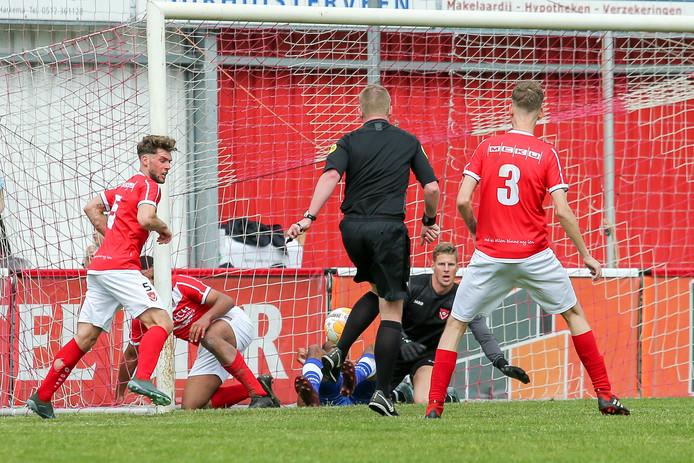 Via Scheidsrechter Maurice Paarhuis uit Hellendoorn belandt de bal in het doel 3-2