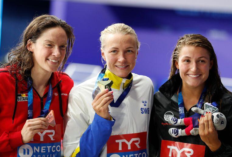 Kimberly Buys (links) glundert met haar bronzen medaille in de hand. Naast haar Europees kampioen Sarah Sjöström (midden) en de Deense Emilie Beckmann (rechts). Beeld AP