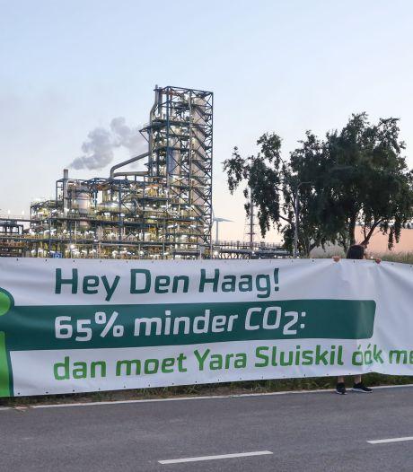 Milieudefensie hangt spandoek op hekken van Yara tegen CO2-uitstoot