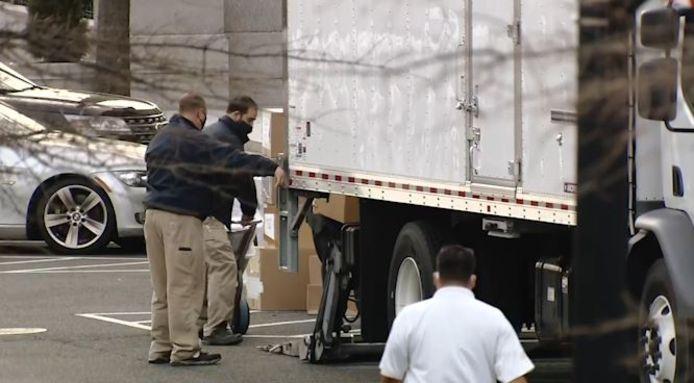 Ces images filmées dimanche montrent des employés en train de charger des cartons dans un camion.